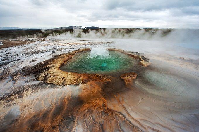 Heiße Quelle in Hveravellir, Island  Hveravellir ist ein Thermalgebiet im Herzen Islands, wo sich so mystisch schöne heiße Quellen befinden, wie die oben abgebildete. Aber Achtung, besser nicht reinfassen, die Quellen sind meist kochend heiß!