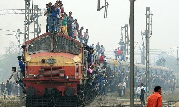 Ινδία: Τουλάχιστον 23 νεκροί από τον εκτροχιασμό τρένου: Σε τουλάχιστον 23 ανέρχονται οι νεκροί και περίπου σε 100 οι τραυματίες από τον…