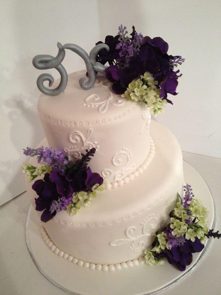 gâteau de mariage à la campagne avec f;eurs de lavande