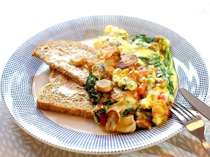 Omelet met spinazie, champignons, paprika en gesmolten kaas