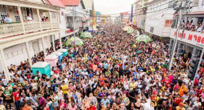 Aruba heeft nu zo ongeveer 85.000 inwoners. De oorspronkelijke inwoners waren Zuid-Amerikaanse Arawak-Indianen. Tegenwoordig wonen er mensen met Afrikaanse, Indiaanse en Europese achtergrond. Naast de rooms-katholieke meerderheid zijn er kleine groepjes van protestanten, Hindoes, moslims en joden.