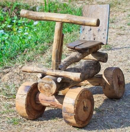 Voiture jouet en bois photo