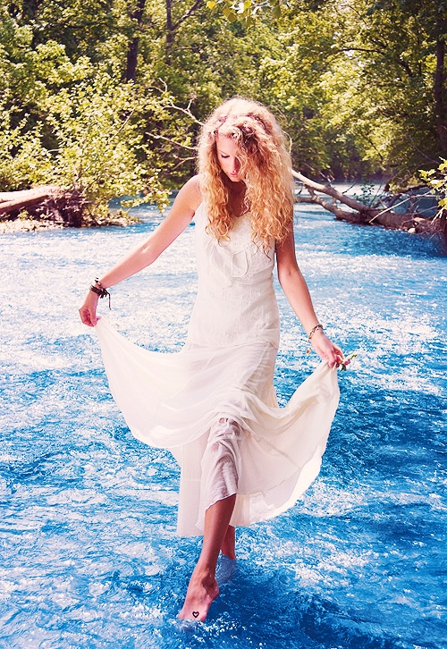 Taylor's first album photo shoot. The album that started it all ❤