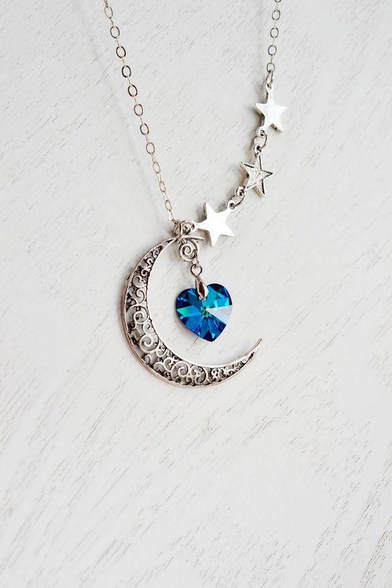 Luna y collar de estrellas, la luna el collar, signo de la astrología, rústico Crescent Luna encanto, corazón de Swarovski, Bermuda azul de corazón, amo a la luna, Luna, media luna  El collar es de 24 pulgadas de largo y la cadena es Silver-Plated latón (IMIT rodio). Corazón Swarovski: 14mm encanto de la luna: 36 mm x 7,5 mm