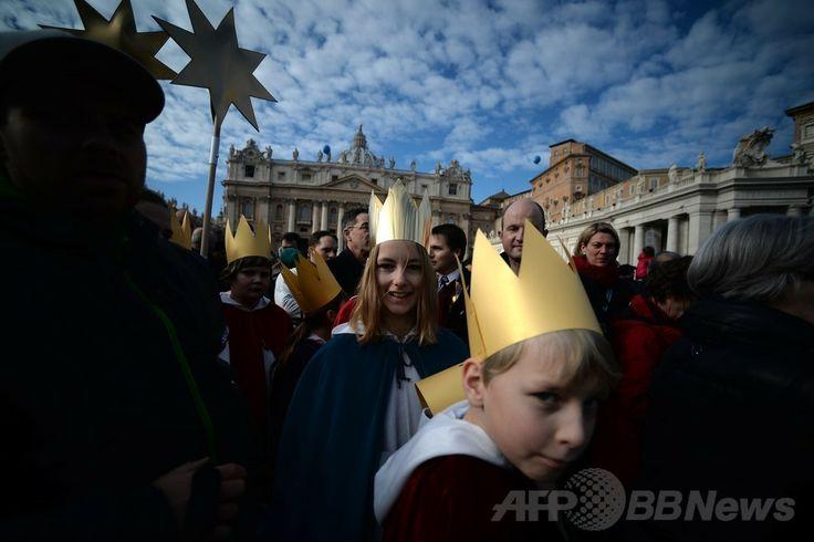 バチカン(Vatican)のサンピエトロ広場(St Peter's Square)で、ローマ・カトリック教会のフランシスコ(Francis)法王の新年のお告げの祈りのために集まった人々(2014年1月1日撮影)。(c)AFP/FILIPPO MONTEFORTE ▼2Jan2014AFP|ローマ法王、新年の祈りで世界の連帯を訴える http://www.afpbb.com/articles/-/3005898 #Vatican #Vaticanae #Vaticano #St_Peters_Square
