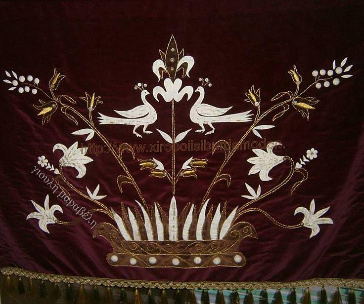 Κουκούλια και τέχνη. Πανό βελούδινο με κουκούλια και χρυσοκλωστές, που αναπαριστούν παραδοσιακό θέμα. Γιούλη Μαραβέλη-Χαλκίδα.Τηλ:22210-74152.