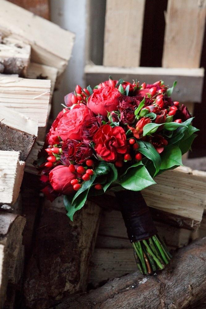 Brautstrauß in Biedermeierform: Rosen und Beeren in Rot – etwas altes