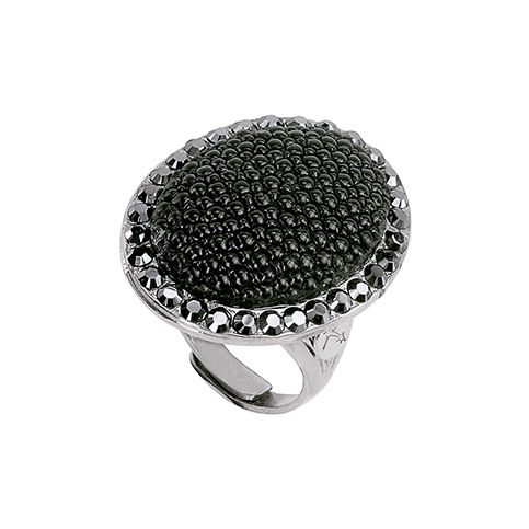 Bague en rhodium noir, embellie d'une succession de cristaux anthracites taille ronde, qui entourent le c%u0153ur de la bague compos� d'un cabochon gain� de Galuchat. .