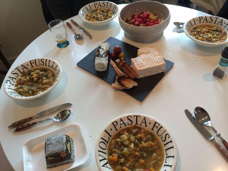 Au dîner ce soir je propose une soupe au pistou maison, un plateau de fromage et une salade de fruits maison www.beehome.fr
