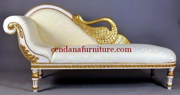 Sofa Malas Angsa Emas terbuat dari kayu mahoni yang kami sempurnakan dengan finishing duco putih kombinasi emas yang cantik dan mewah.