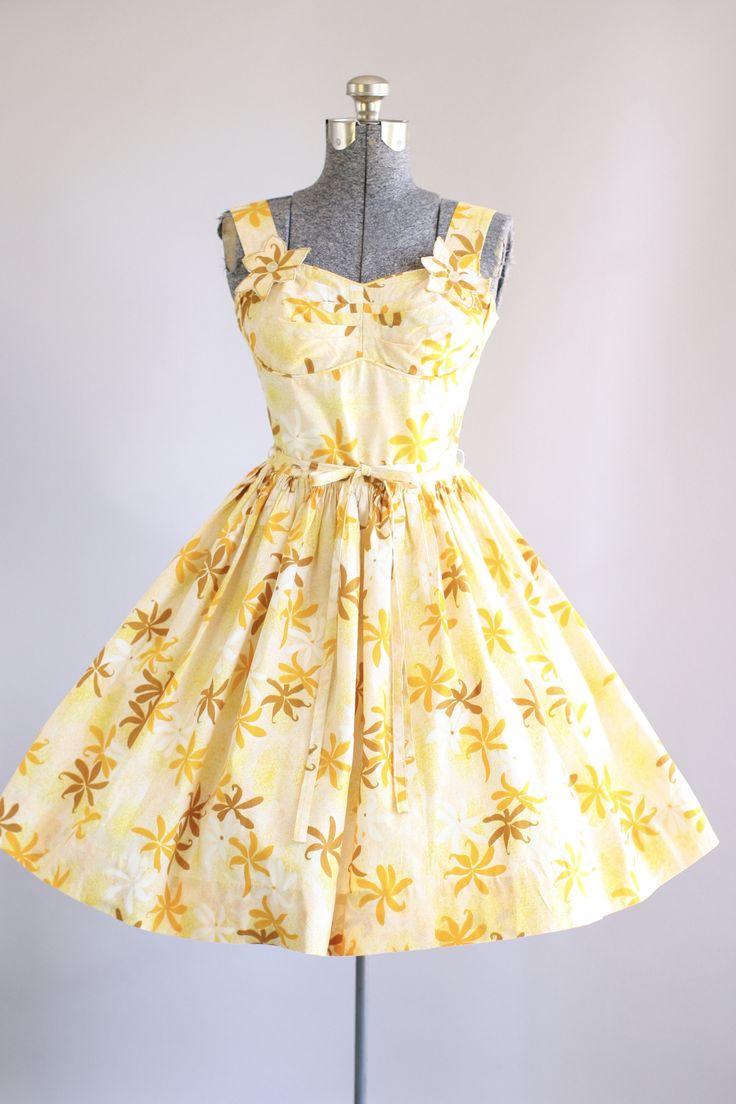 Deze jaren 1950 Candy Jones katoenen jurk beschikt over een Hawaiiaanse bloemenprint in tinten van geel, oranje, bruin en wit. Er is een klein beetje van het uitbenen in de buste. Decoratieve bloem appliqués op voorste bandjes. Elastisch banding aan terug bodice zijden. Gesmoord taille en bevat de oorspronkelijke taille band. Volledige geplooide rok. Metalen rits omhoog achterkant jurk. Zeer goede vintage staat. Houd er rekening mee: petticoat gedragen onder rok voor toegevoegd volheid. Dit…