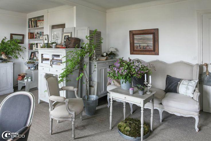 Ambiance boudoir dans le salon de Bénédicte Patin où la nature s'invite dans le décor