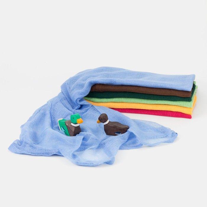 Dekorationstuch aus 100% Baumwolle Das Spiel mit Holzfiguren und Holztieren, mit Bauernhöfen, Ritterburgen und Stallungen, Weiden, Höfen und Wäldern wird erst richtig bunt mit dazu passenden Dekorationstüchern. Aus einem grünen Tuch wird schnell eine saftige Wiese, auf der Kühe, Pferde und andere Bauernhoftiere grasen, laufen, toben und ruhen können. Ein blaues Tuch verwandelt sich in einen schönen Teich, in dem die Fischlein, die Enten, Schwäne und Gänse schwimmen und alle Tiere sich erf...