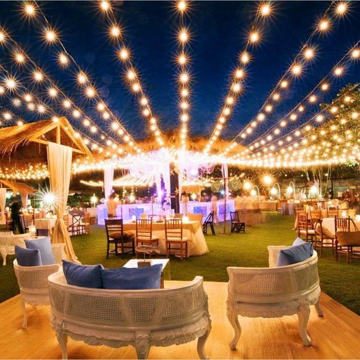 Recepção ao ar livre decorado com luzes suspensas