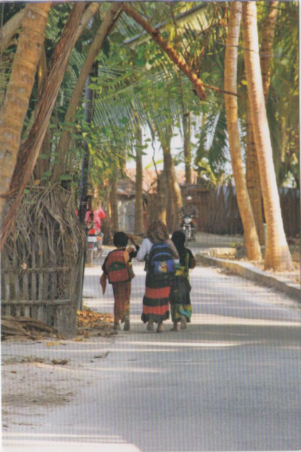Postcard received from India >> Children off to school in Kavaratti - Lakshadweep, India