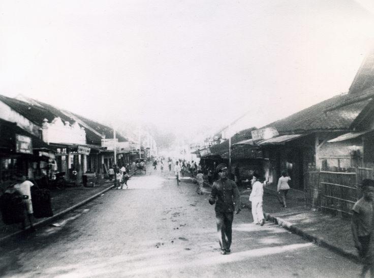 Jacob Huisman in de straten van Tjimahi - 1939