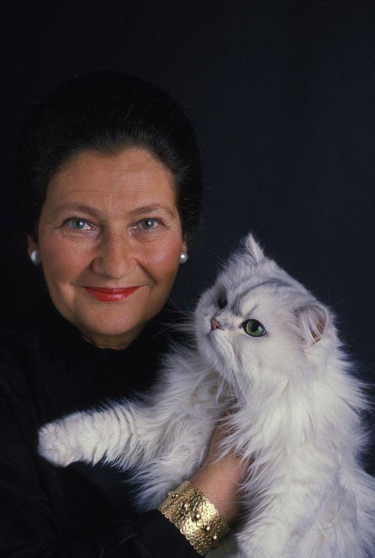 Simone Veil, une femme debout.. Ses yeux, éblouissants, bleus comme le ciel... PARIS, FRANCE - 12 FEVRIER: Close up Simone Veil le l2 février 1987 à Paris, France.... Respect et admiration.