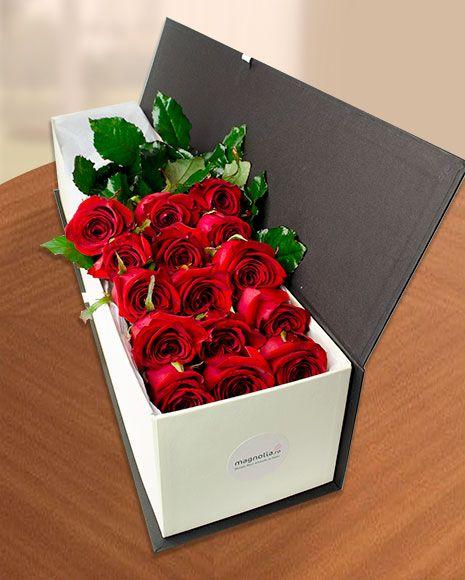 Cutie cu 15 trandafiri roşii
