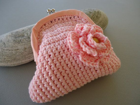 Crochet coin purse with kiss clasp frame in pink. by PopisBOUTIQUE