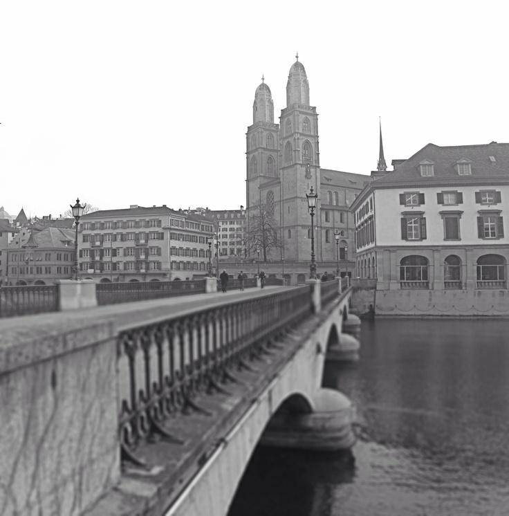 Die Münsterbrücke überspannt in Zürich die Limmat zwischen Stadthausquai und Limmatquai. Die Strassenbrücke verbindet die namensgebenden Kirchen Fraumünster und Grossmünster. Foto von Ralf R.