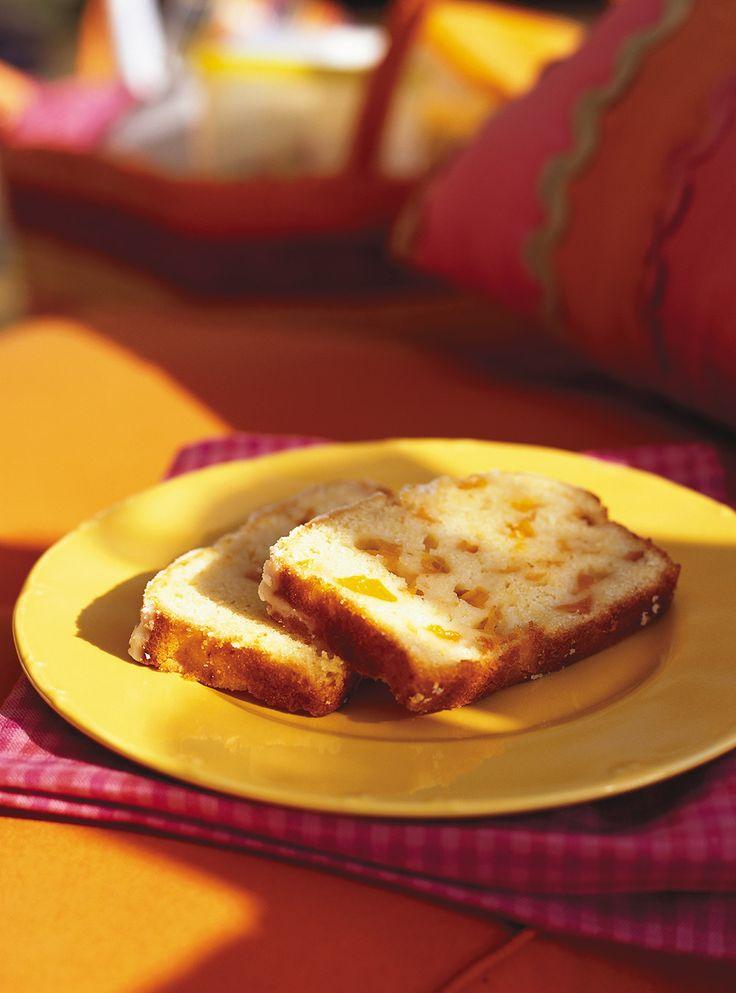 Recette de quatre-quarts à l'abricot de Ricardo. Recette de dessert aux fruits, gâteau. Ingrédients: abricots séchés, oeufs, sucre, schnapps aux pêches...Répartir la pâte uniformément dans le moule.