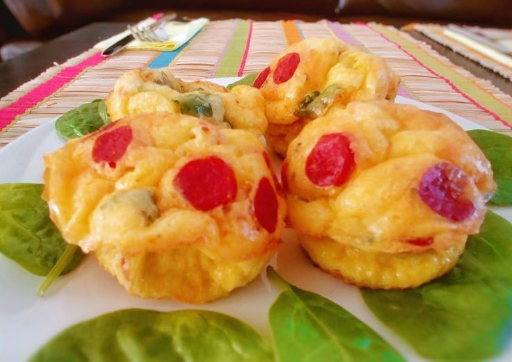 Tadaaa!... Omleta verticală. Sau muffin din omletă. Sau ce face omu' cu ouălelele de țăran.