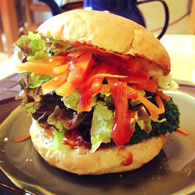 ごま油,コチュジャンでピリ辛風味〜(*^o^*) - 20件のもぐもぐ - 昨日の残りナムルで,韓国風バーガー by nico0417
