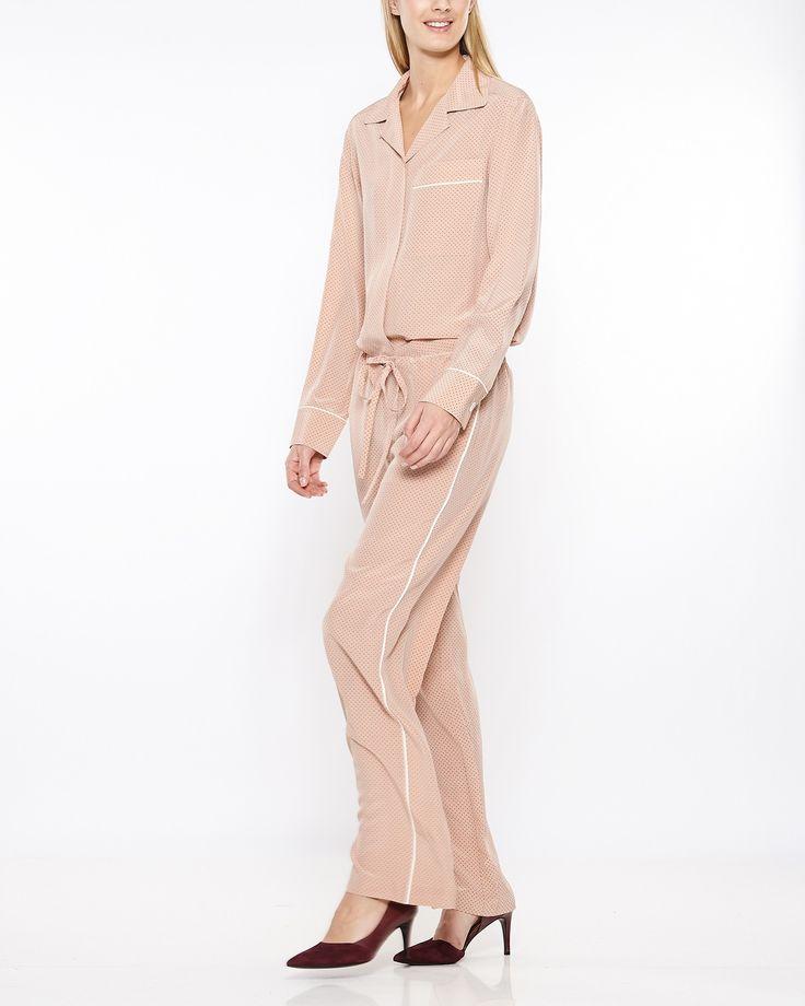 Köp kläder från Theory online – tröjor, skinnbyxor, jackor, kappor, blusar, klänningar m.m. Alltid fria byten! | WAKAKUU – High fashion online