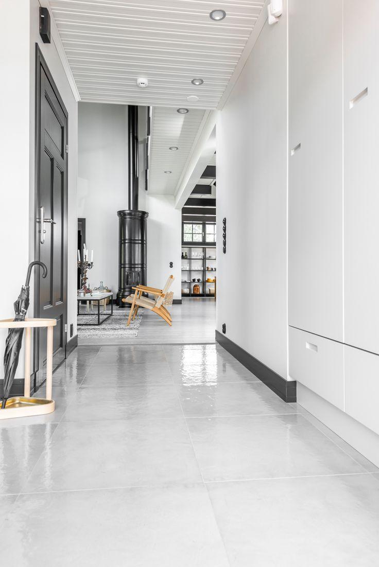 Kannustalo Pohjanmaa. Eteisen lattiassa Res-Cover beton kiiltävä K60x60. #pukkilalaatat #pukkila