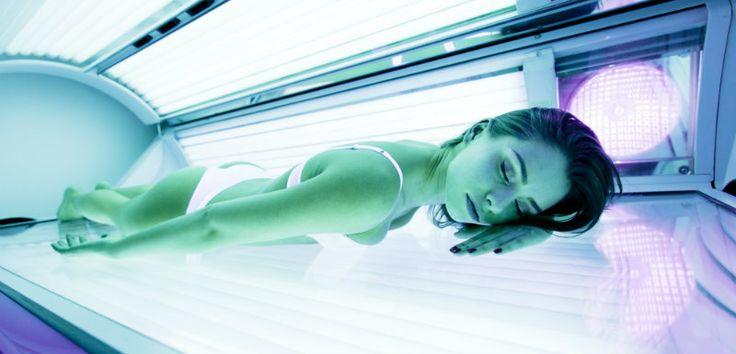 De retour bien bronzés des vacances, l'un des réflexes suite à la reprise est d'aller prolonger son bronzage dans les cabines UV. 5 idées reçues sur le bronzage artificiel.