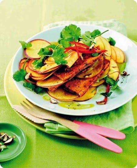 Fette di tofu alla curcuma su insalata di mele e coriandolo.