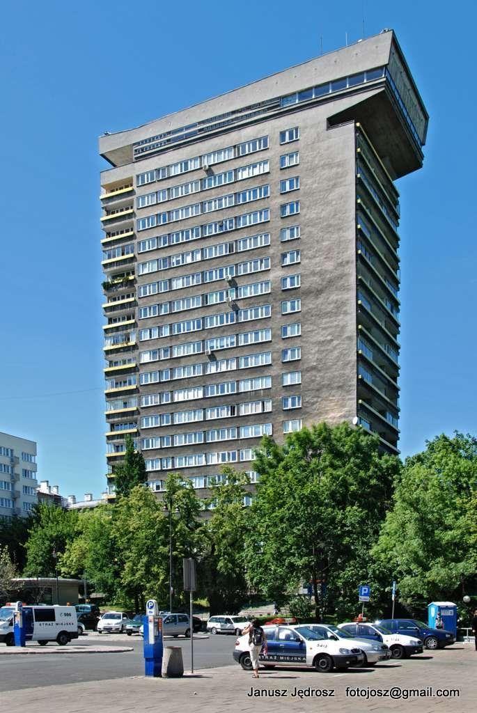 Brutalist/modernist Smolna 8 skyscraper in Warsaw (685×1024)