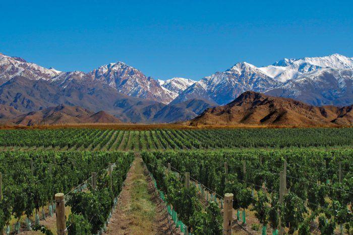 MENDOZA Mendoza es una de las provincias más pintorescas de Argentina. Aquí la Cordillera de Los Andes custodia la provincia creando paisajes alucinantes. Ríos, lagos, casas de campo y viñedos enamoran a cualquier viajero. Sea en familia, en pareja o con amigos hay cientos de opciones para explorar la región.