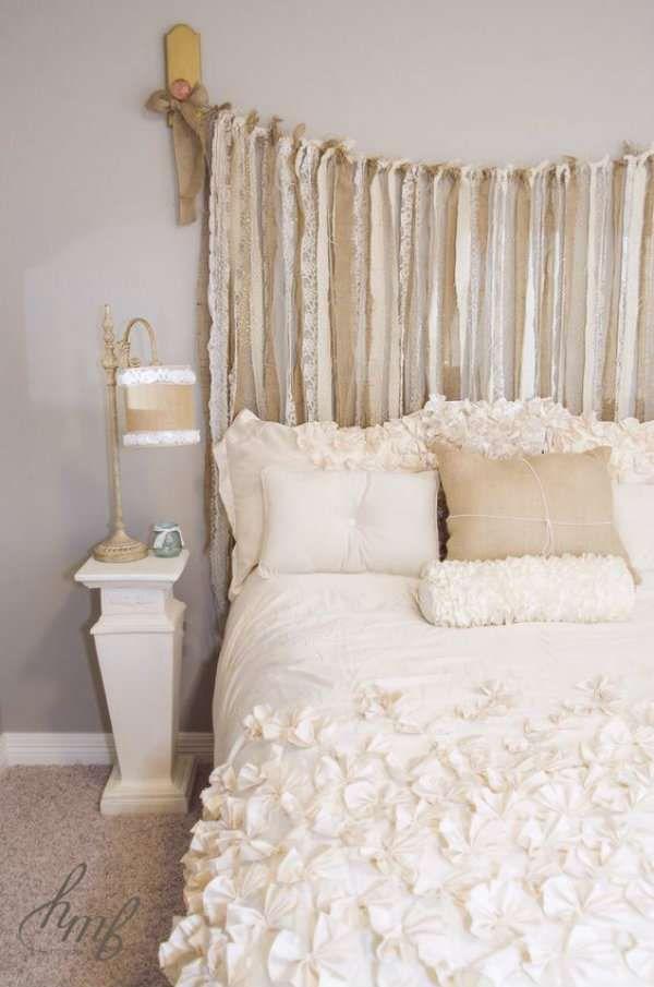 Tête de lit en chutes de tissu et rubans de toile de jute