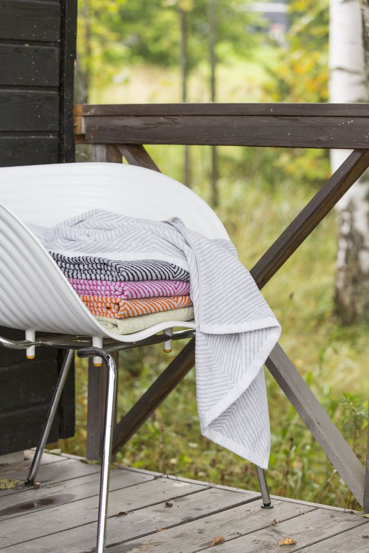 Pentik Laituri Terry Towel | Laituri (Cottage Pier) terry towels bring a touch of luxury to your bathroom. These towels come in two sizes and five colours. This perky, graphic terry towel is made of 100 % cotton.