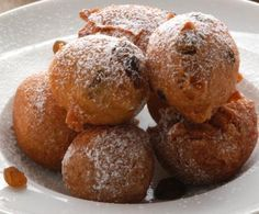 Queste frittelle sono fra i dolci più tipici del periodo di carnevale: di semplicissima preparazione, le morbide e croccanti palline fritte sono il modo migliore per celebrare la festa anche a tavola.