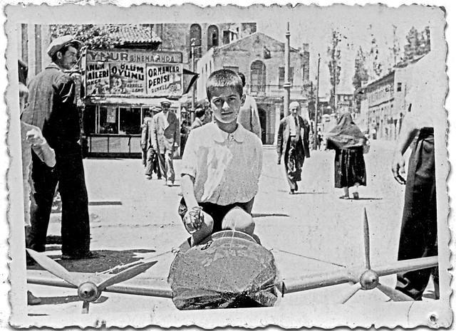 Aksaray Aynur Sineması önünde bir çocuk.