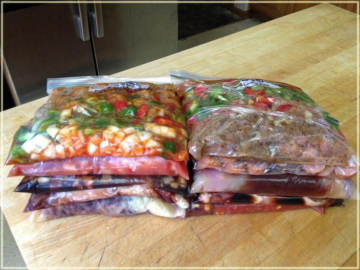 On prépare nos recettes de mijoteuse et on les congèle dans des sacs hermétiques. Rapide et efficace!