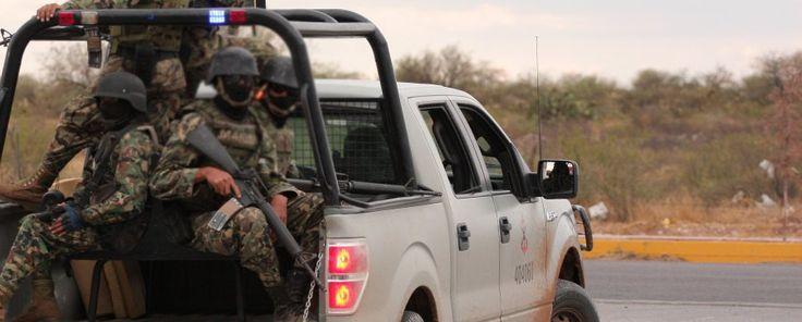 Comando armado quema camión de jornaleros en Sinaloa - https://www.notimundo.com.mx/estados/comando-armado-quema-camion-sinaloa/