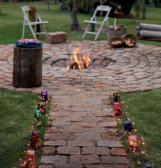 Para deixar mais charmoso o encontro em volta do fogo, luzinhas de natal e copo coloridos demarcam o caminho. Produção de Luana Prade