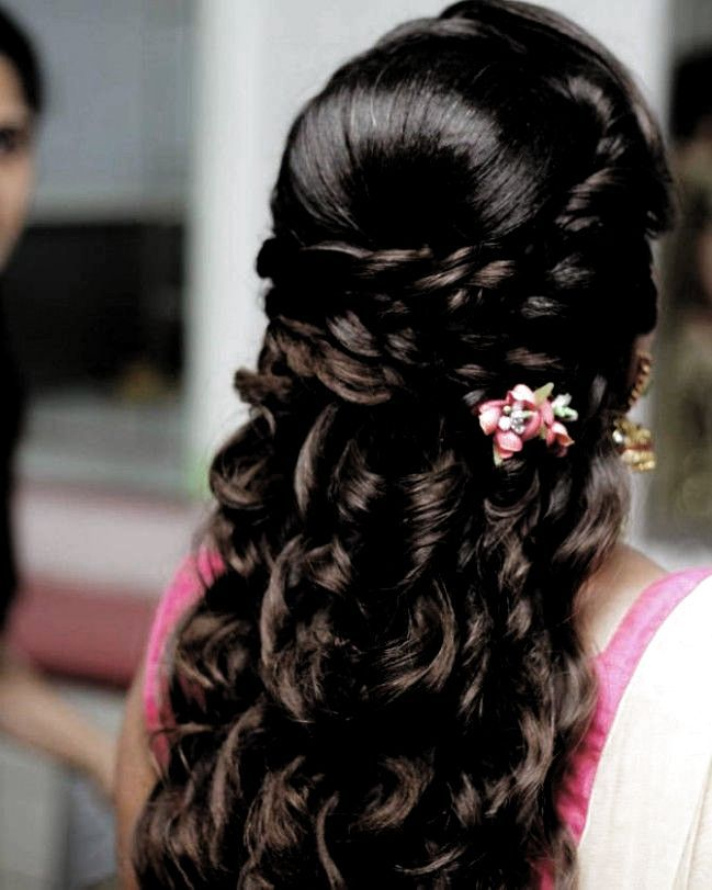 Hairstyle On Saree For Round Face In 2020 Hair Styles Open Hairstyles Indian Wedding Hairstyles