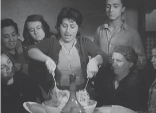 L'onorevole Angelina (1947) Luigi Zampa. Anna Magnani interpreta il ruolo di Angela Bianchi; dopo l'assalto dei magazzini di pasta di un borsanerista, organizza una spaghettata collettiva con le altre donne sue complici.