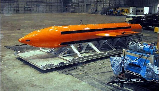 """Estados Unidos lanza la """"madre de todas las bombas"""" contra el Estado Islámico   Se trata de la bomba GBU-43/B Massive Ordenance Air Blast bomb (MOAB) coloquialmente conocida como '""""Madre de todas las bombas"""" (The Mother Of All Bombs). Es la bomba no nuclear más grande que existe.  Estados Unidos arrojó por primera vez en un conflicto la llamada """"madre de todas las bombas"""" contra un complejo de túneles del Estado Islámico (EI) en la provincia de Nangarhar Afganistán según informó el…"""