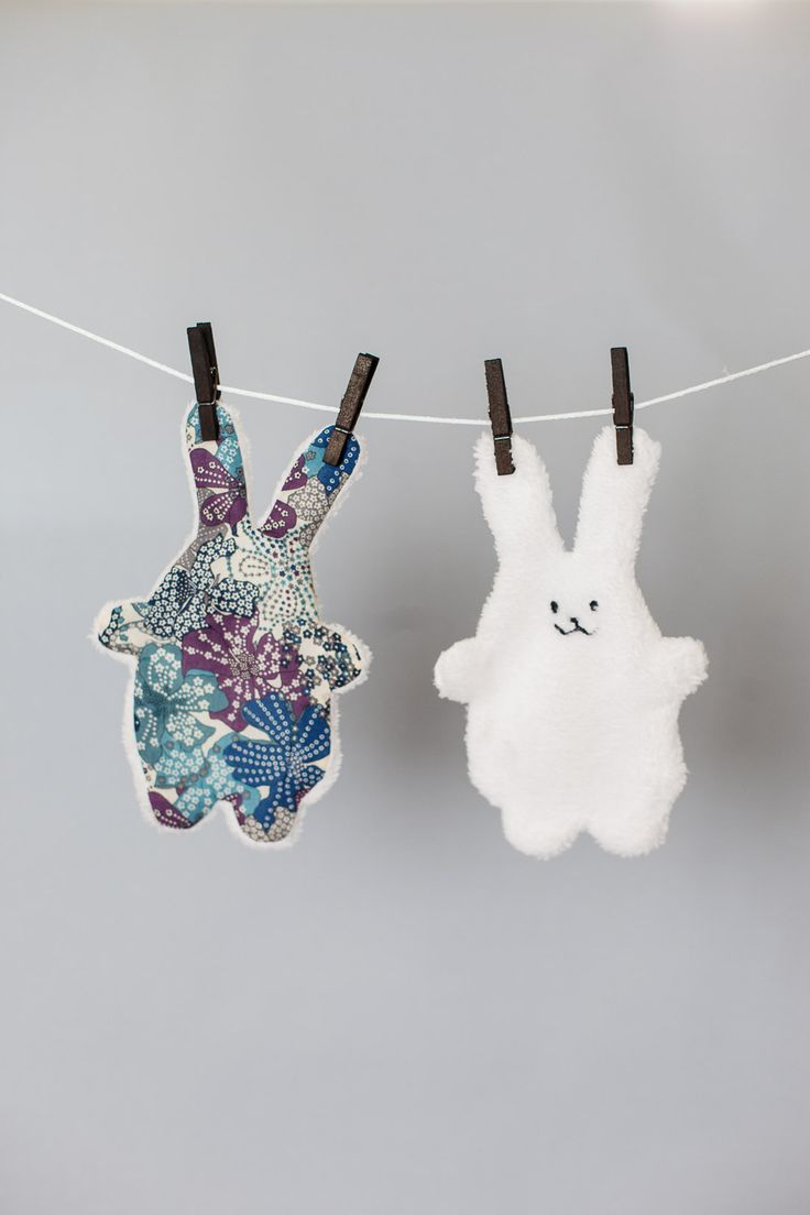 Doudou plat lapin recto tissu peluche blanc tout doux et verso tissu fleuri Liberty bleu écru : Jeux, peluches, doudous par dans-les-nuages