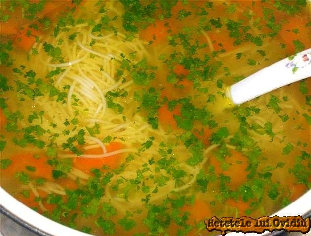 Supa de gaina după sarbatori. În acest sens apelăm, ca de fiecare dată când dăm de greu, la bătrâneasca şi universala supa de gaina cu fidea.