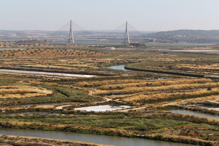 Algarve : où faire les plus belles randonnées ? - via Guide Evasion 27-10-2016 | Très réputé pour ses plages, l'Algarve offre également de jolis sentiers de randonnée pour les marcheurs de tous niveaux. Voici 5 randonnées à ne pas manquer. #Portugal Photo: La réserve naturelle de Sapal de Castro Marim et le pont reliant le Portugal à l'Espagne