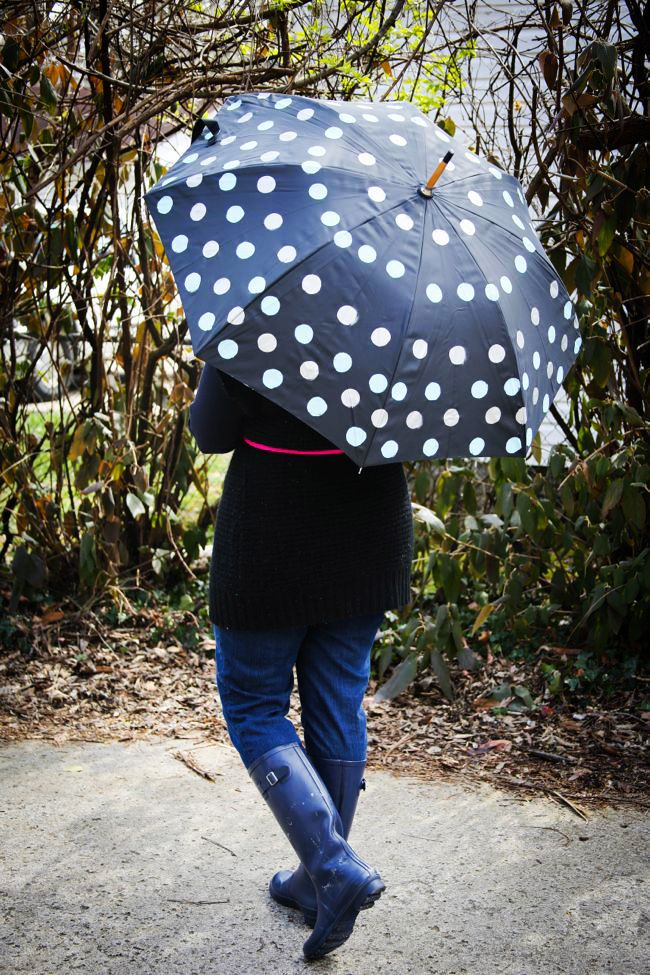 DIY Polka Dot Umbrella - Henry happened  Another super easy technique for creating a stylishly polka dotted umbrella, all you need here is the umbrella of your choice, acrylic paint and a circle sponge brush.