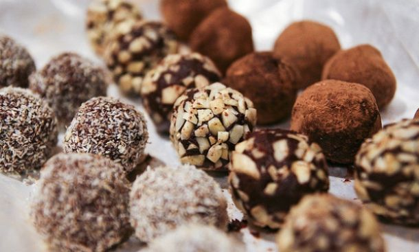 Συνταγή για τα πιο νόστιμα τρουφάκια με 5 υλικά!  Πηγή: http://www.mothersblog.gr/fae-paidi-moy/item/21653-syntagi-gia-ta-pio-nostima-troufakia-me-5-ylika#ixzz3LRXJbaGp