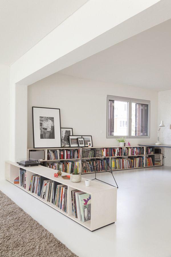 J'aime la bibliothèque basse qui structure l'espace