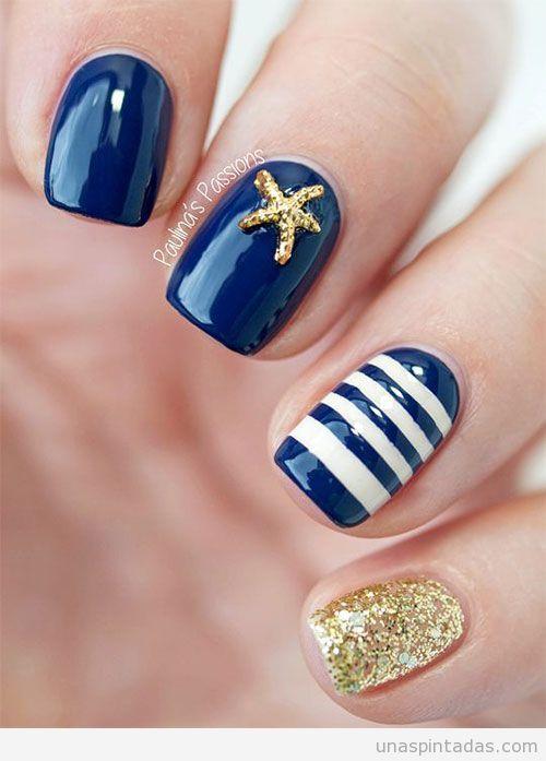 Diseño de uñas para verano 2016: rayas azul marino y blancas y estrella de mar dorada